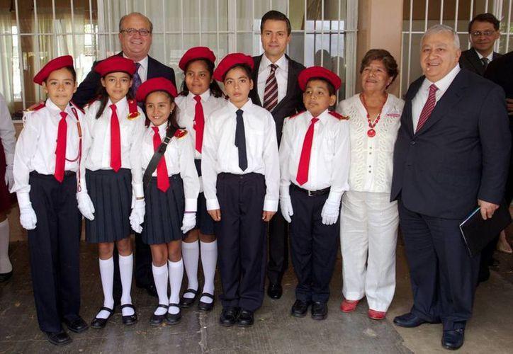 """El presidente Peña Nieto y Emilio Chuayffet pusieron en marcha el ciclo escolar en la primaria """"Presidente Miguel Alemán"""", en Morelos. (presidencia.gob.mx)"""