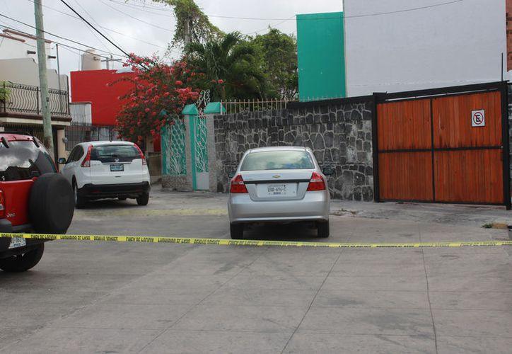 Tras sentirse perseguidos, los asaltantes abandonaron un auto y el dinero. (Foto: Redacción)