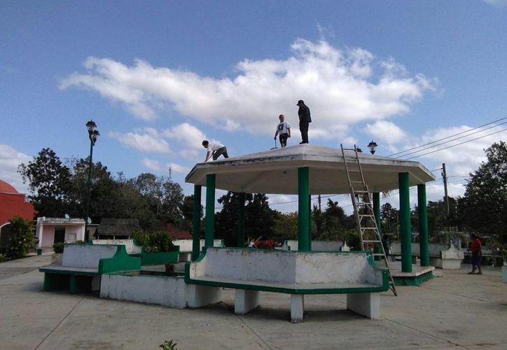 Embellecen área pública en la población El Ideal. (Raúl Balam/SIPSE)