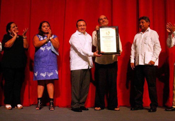 En el marco del inicio del Festival de Teatro Wilberto Cantón, el Gobierno entregó un reconocimiento a Paco Marín, por su trayectoria dentro de la dramaturgia yucateca. (Milenio Novedades)