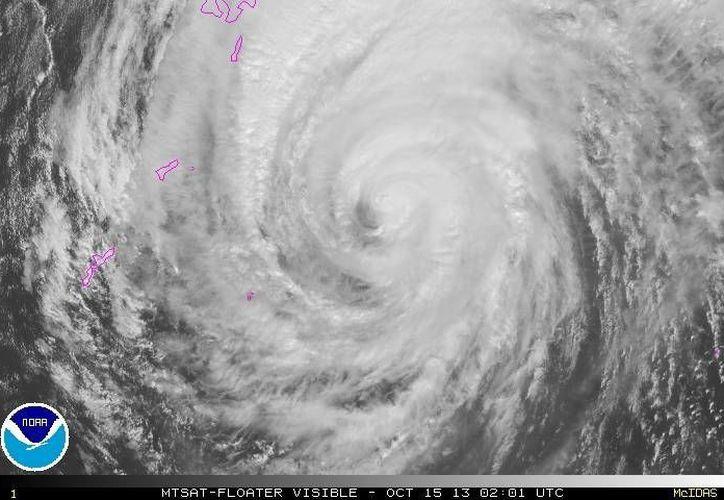El potente tifón podría causar olas de 12 metros de alto. (Agencias)