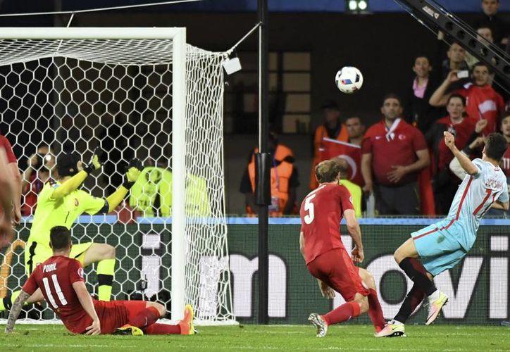 Turquía logró su primera victoria en el último partido de la jornada de grupos. Mantiene las esperanzas de estar entre los mejores terceros lugares y avanzar a octavos. (AP)