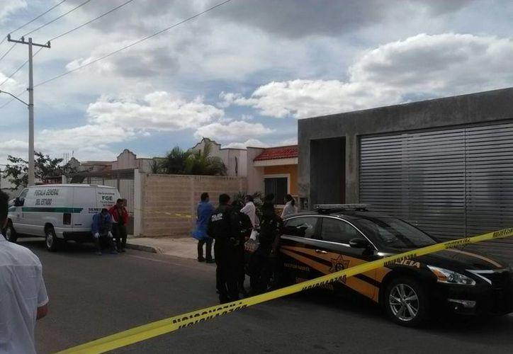 La Policía aseguró la vivienda donde fue reportado el hombre sin vida, en el Fraccionamiento las Américas, tras la denuncia de los vecinos de la víctima. (Luis Fuente/SIPSE)