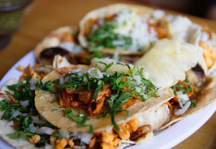 Los tacos al pastor no sólo se preparan con cerdo adobado, como los más conocidos, también hay versiones de pollo y pescado. (wikipedia.org)