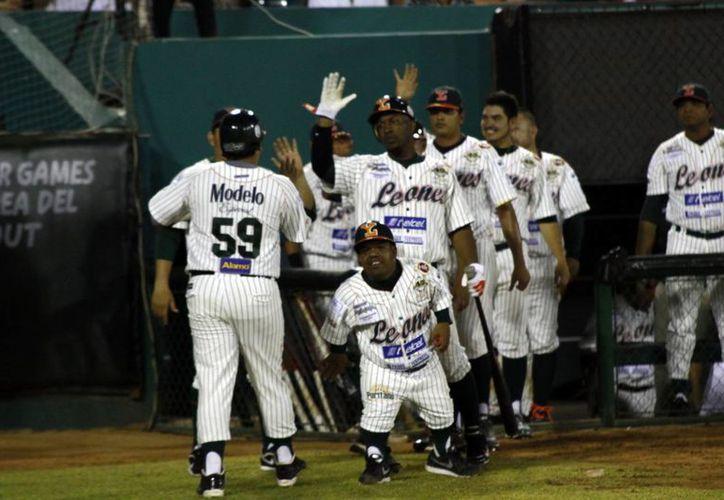 Los melenudos celebran su cuarta carrera, anotada por Said Gutiérrez tras jit de Ángel Berroa, en el 2o. acto. (Christian Ayala/SIPSE)