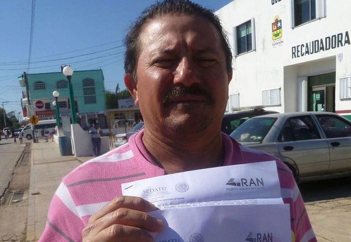 El presidente del comisario ejidal, Benigno Correa Moguel, presentó un documento emitido por el Registro Agrario Nacional. (Raúl Balam/SIPSE