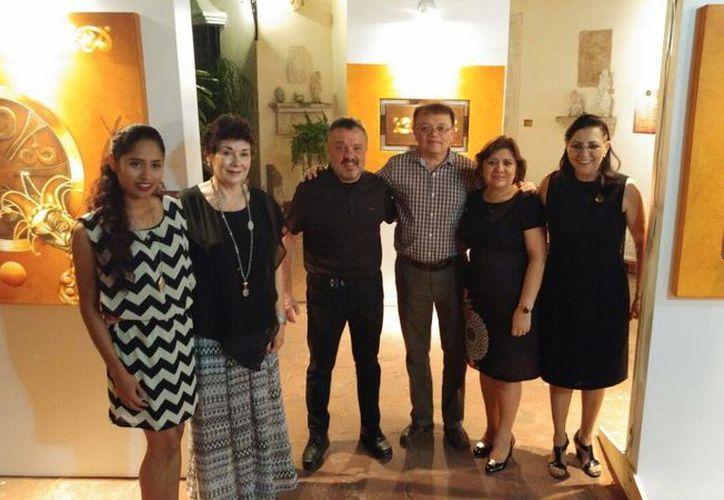 Pilar Larrea Peón de Peniche, presidenta de la institución Elda Peniche Larrea, sin fines de lucro, con sus colaboradores. (SIPSE)