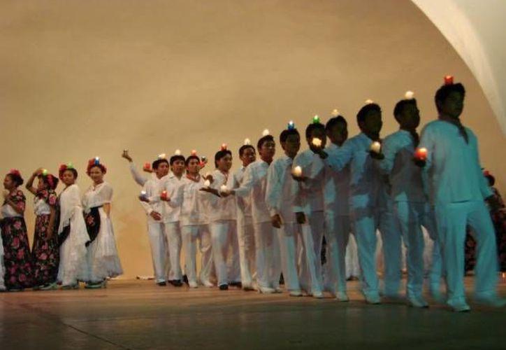 Desarrollaron en el escenario una serie de movimientos adaptados a la música para ofrecer estampas del estado de Veracruz. (Manuel Salazar/SIPSE)