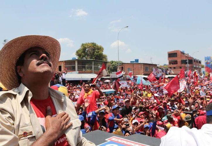 Nicolás Maduro ora mirando al cielo durante un acto de campaña en San Fernando de Apure, Venezuela. (Agencias)