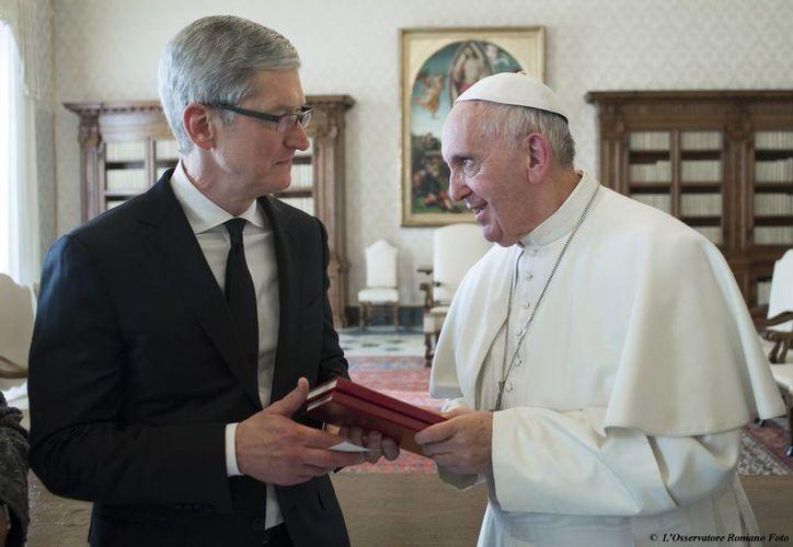 La Arquidiócesis de México invita a ganar un viaje para dos personas a Roma. Lo único que hay que hacer es escribirle una carta de amor al Papa Francisco, quien en la foto aparece con Tim Cook, directivo de la empresa Apple. (AP)