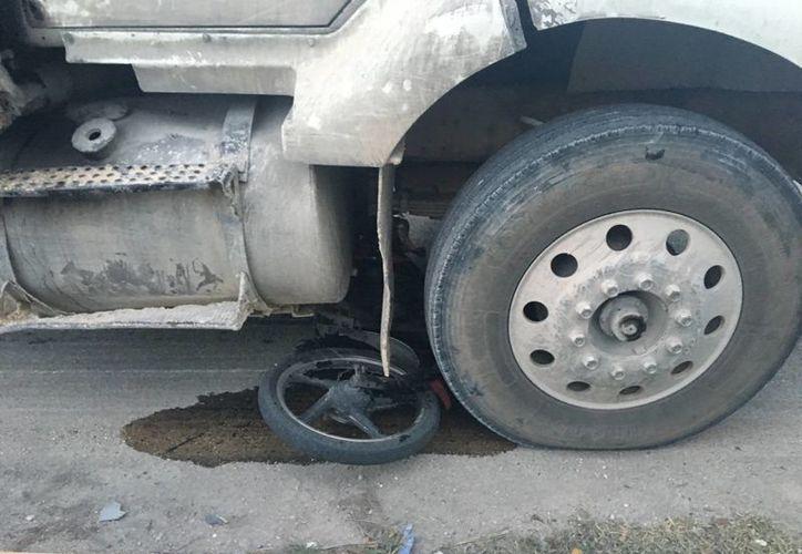El conductor de una motocicleta perdió la vida tras ser atropellado por un volquete ayer por la tarde cerca del Arco Vial Norte de Playa del Carmen. (Redacción/SIPSE)