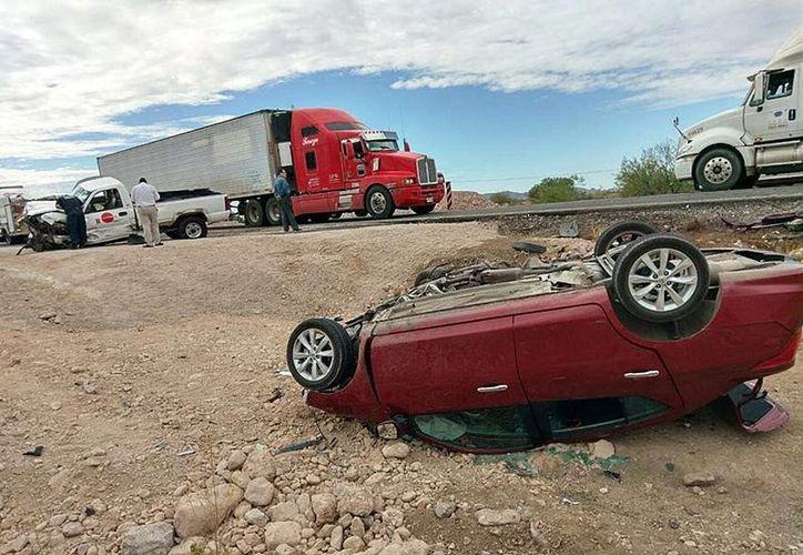 El accidente carretero entre dos vehículos separó a un joven matrimonio; el falleció en el lugar y ella fue trasladada grave al hospital. (Foto: El Debate)