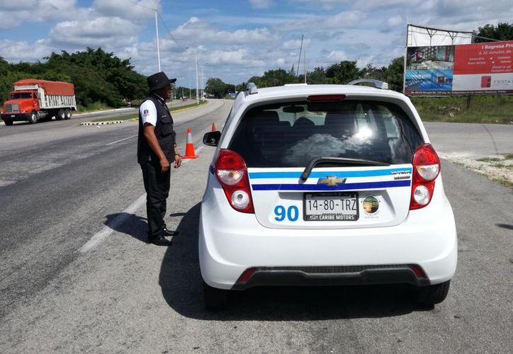 Dos taxistas de Bacalar fueron sancionados por aplicar tarifas no autorizadas. (Daniel Tejada/SIPSE)