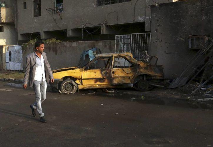 Autoridades inspeccionan la zona donde se registró un atentado con bomba en el distrito iraqui de al-Jadidah, en Bagdad. (Agencias)