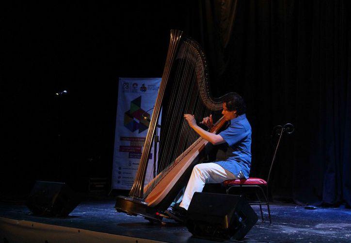 Baltazar Juárez Dávila se presentó en el escenario del Teatro 8 de Octubre. (Redacción)
