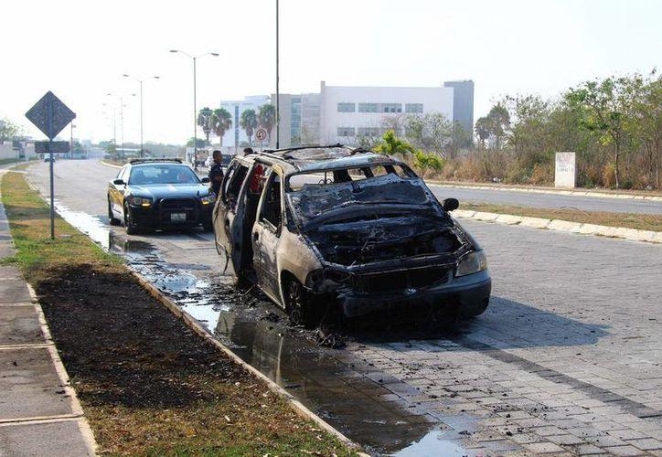 La camioneta quedó inservible. (Jorge Pallota/SIPSE)