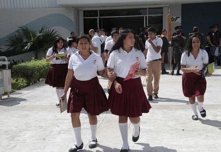 Después de la ceremonia de clausura, graduación o entrega de calificaciones, los alumnos prefieren quedarse en casa. (Tomás Álvarez/SIPSE)