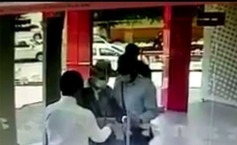 Un guardia de seguridad de un banco literalmente les cerró la puerta a tres sujetos encapuchados, en Guadalajara. (Impresión de pantalla)