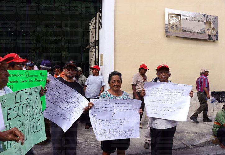 Cientos de ejidatarios realizaron plantón en las instalaciones del Instituto de Vivienda del Estado de Yucatán (IVEY) exigiendo el pago de sus tierras. (SIPSE)