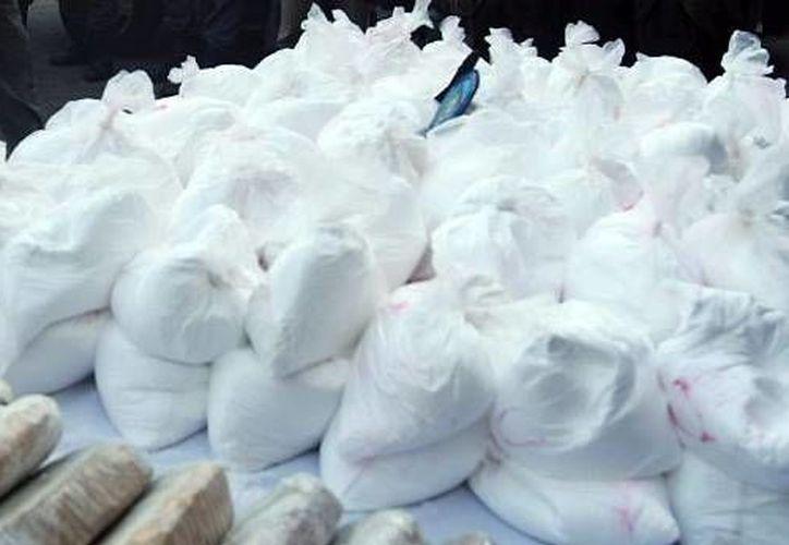 La droga fue encontrada en compartimentos ocultos en los toldos de los vehículos, sumando un total de 80 kilogramos del narcótico. (uniradioserver.com)