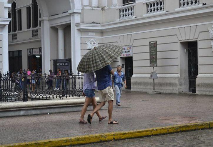 La llovizna sorprendió a meridanos y turistas que se disponían a disfrutar de la mañana del domingo. (Archivo/ Milenio Novedades)