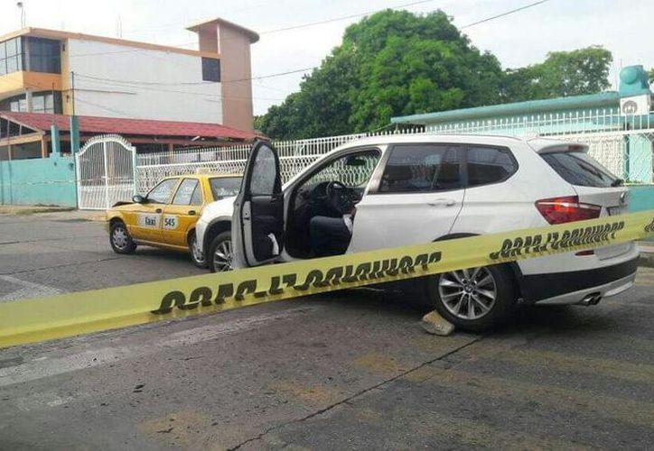El vehículo del empresario quedó a media calle. (Milenio Novedades)