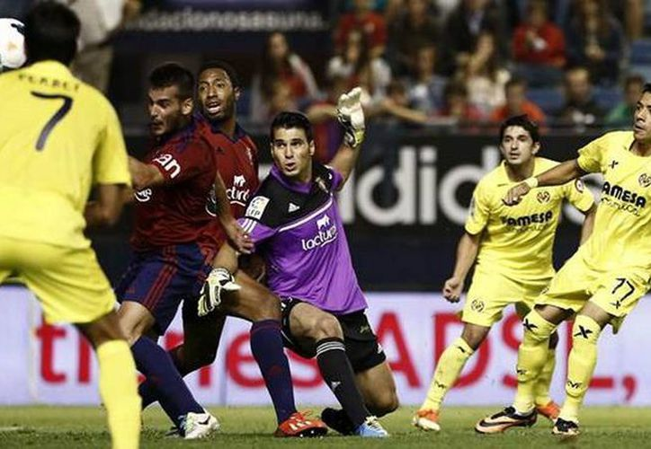 Aquino (d) Jeremy Perbet e Ikechukwu Uche lograron que el Villarreal consiguiera, por primera vez en su historia, tres victorias consecutivas. (EFE)