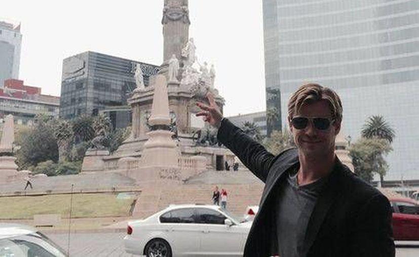Chris Hemsworth, quien personifica a Thor, estuvo en el Angel de la Independencia, en la Ciudad de México. (Facebook)