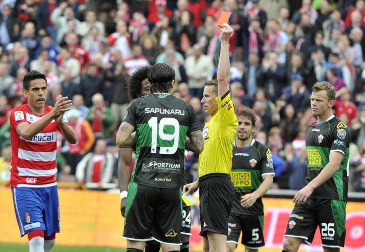 La IFAB pidió evaluar sobre el uso de la tarjeta roja para castigar algunas jugadas. (Foto: EFE)