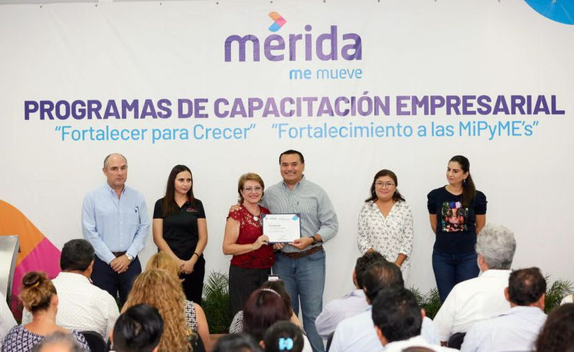 El alcalde Renán Barrera clausuró programas de capacitación. (Novedades Yucatán)