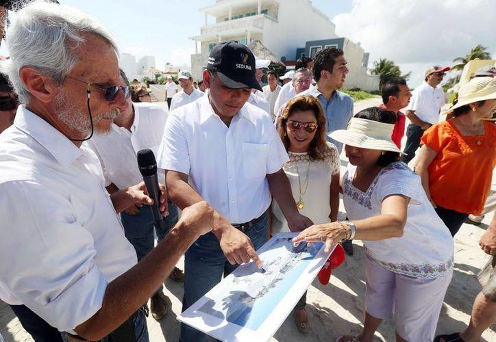 Eduardo Batllori, titular de la Seduma, explica al Gobernador los trabajos que realizan para la recuperación de las playas. (Milenio Novedades)