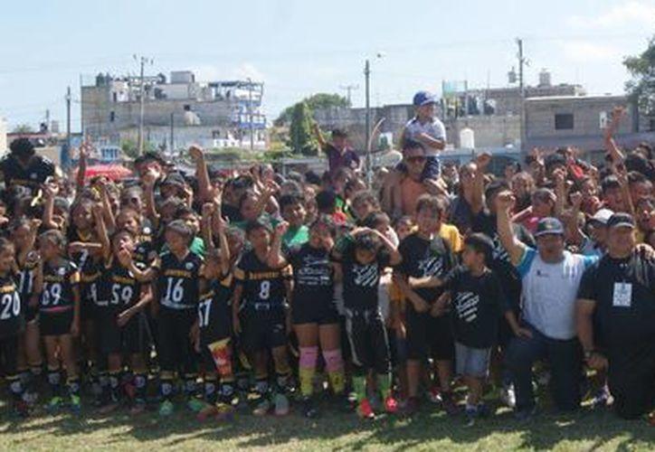 Autoridades deportivas posaron para la foto del recuerdo en compañía de los equipos, durante la ceremonia inaugural. (Ángel Villegas/SIPSE)