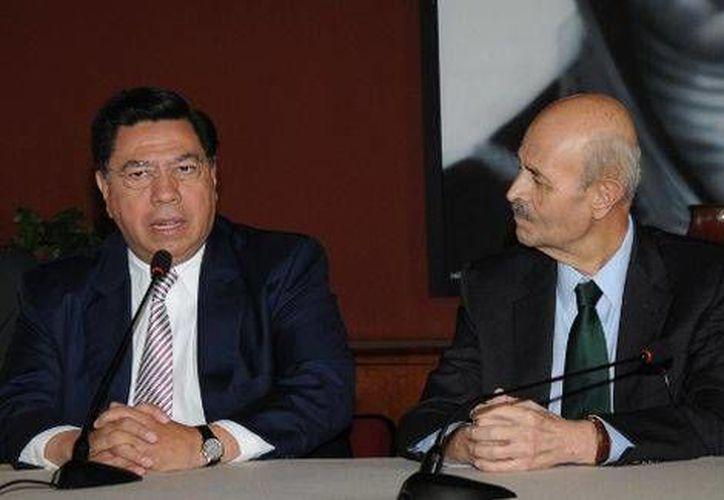 Jesús Reyna García (izq.) con el gobernador de Michoacán, Fausto Vallejo, en imagen de archivo. (Archivo/Quadratín en Milenio)