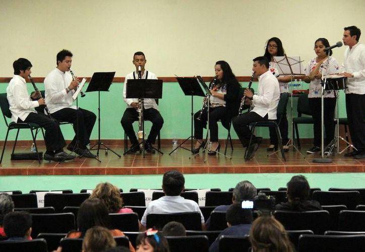 """Jóvenes músicos buscan compartir los orígenes de las canciones yucatecas a las nuevas generaciones. Imagen del evento en el auditorio """"José Vasconcelos"""" de la Segey. (Milenio Novedades)"""