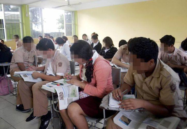 Muchas escuelas nocturnas cambiaron a turno matutino. Imagen de un grupo de alumnos en una secundaria matutina de Mérida. (Millenio Novedades)