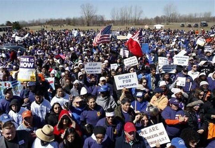 Centenares de personas se reúnen en el parque Liberty State para instar al Congreso a aprobar una reforma amplia a las leyes de inmigración. (Agencias)