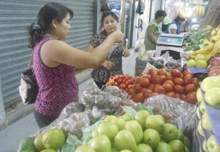 Los yucatecos dedican estas últimas horas del año a comprar productos para sus celebraciones de Año Nuevo. (SIPSE)