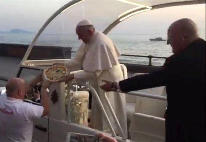 Enzo Cacialli dijo que estaba muy contento de entregarle una pizza personalmente al Santo Padre. (AP)