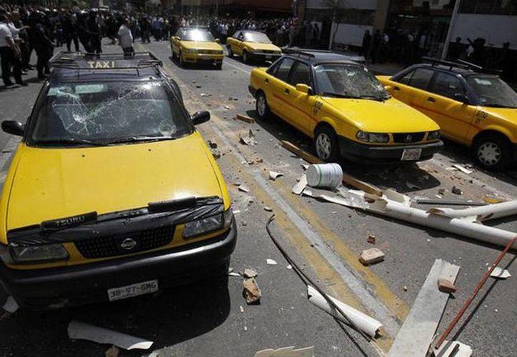 Durante el enfrentamiento resultaron dañados ocho vehículos y cuatro locales comerciales. (twitter.com/RadioUdeG)