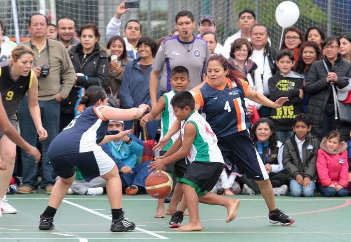 Niños indígenas triquis, de Oaxaca, competirán en la Copa Barcelona. En la foto, los pequeños basquetbolistas en la inauguración de los Sextos Juegos Deportivos y Culturales Bal 2015. (Foto: Notimex)