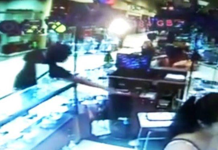 En un video quedó registrado el momento del robo a un celular, por parte de un joven, en una isla de la Plaza Sendero, ubicado al oriente de esta ciudad. (Captura de pantalla/Facebook Adrian Rosado May)