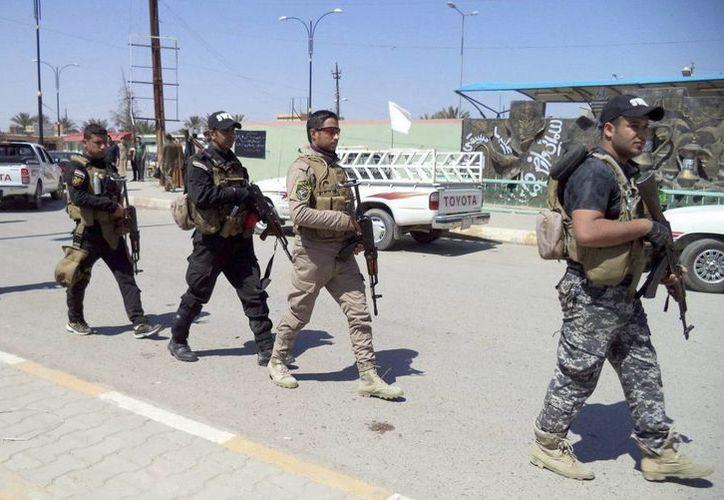 Varios policías iraquíes montan guardia en el norte de la localidad de Tikrit, Irak. (EFE/Archivo)