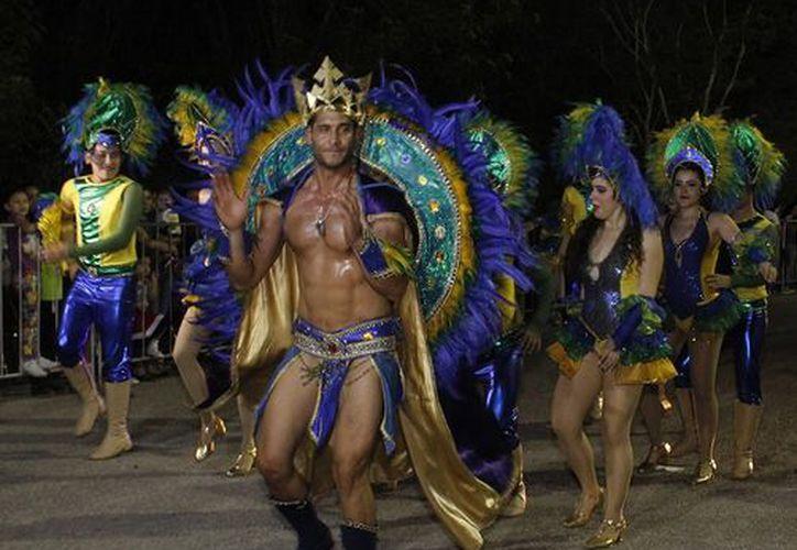 En el primer desfile en Plaza Carnaval predominaron los ritmos caribeños. (Foto: Milenio Novedades)