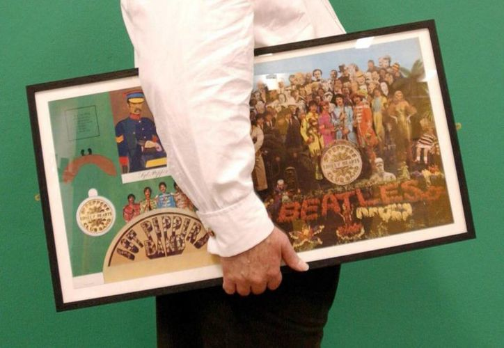 En la imagen un registro del diseño original de la carátula del album 'Sgt Peppers Lonely Hearts Club Band', de The Beatles, elaborado por el artista pop Sir Peter Blake. (EFE/Archivo)