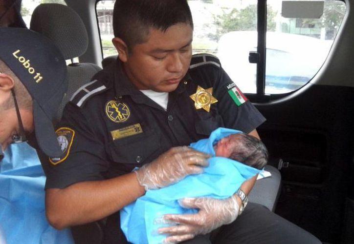 Un paramédico y el chófer de la ambulancia atendieron el nacimiento de una bebita que ya no pudo esperar llegar al hospital. (Milenio Novedades)