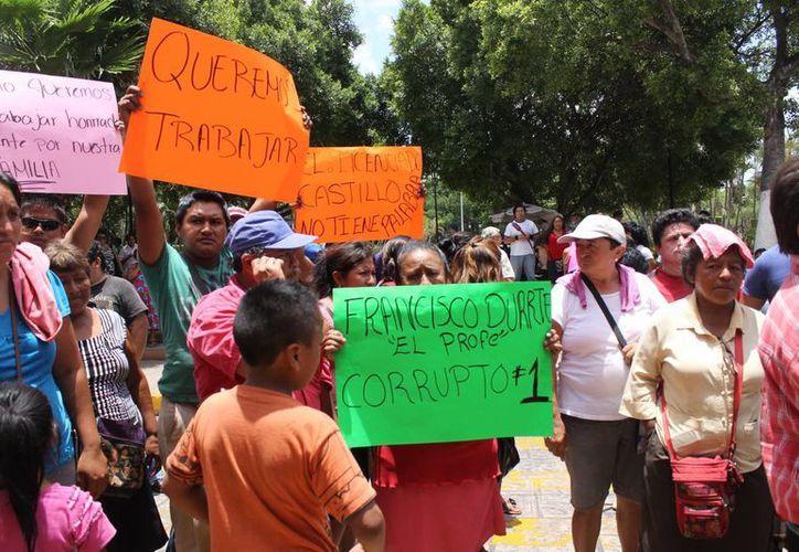 Los manifestantes externaron su molestia a las puertas del Ayuntamiento de Mérida y reclamaron el desalojo de que fueron objeto de las calles del centro. (SIPSE)