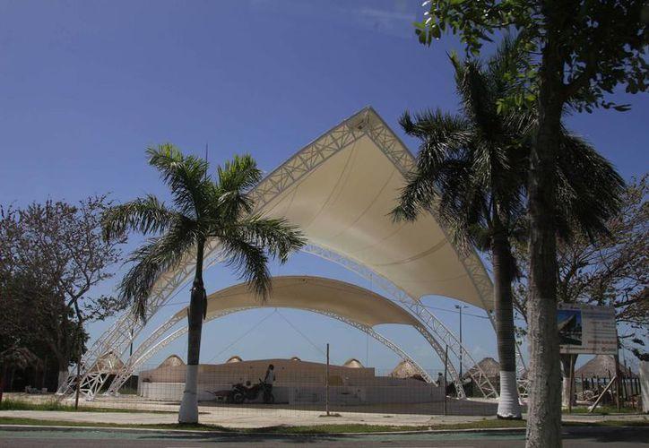 Pese a que está terminada la remodelación de la conocida playa, aún se encuentra cerrada al público con una malla. (Harold Alcocer/SIPSE)