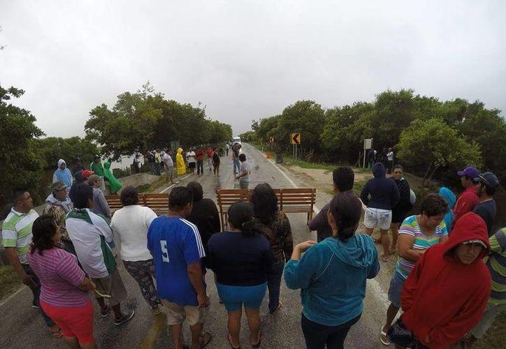 Vecinos de Sisal cerraron la vía que conduce a Hunucmá, en protesta contra el alcalde José Alberto Padrón Romero. (Federico Cab)