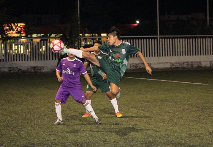En atractivo duelo, Clínica de Lentes Medina empató a un gol con Deportivo MOI; ambos conjuntos se brindaron al máximo. (Miguel Maldonado/SIPSE)