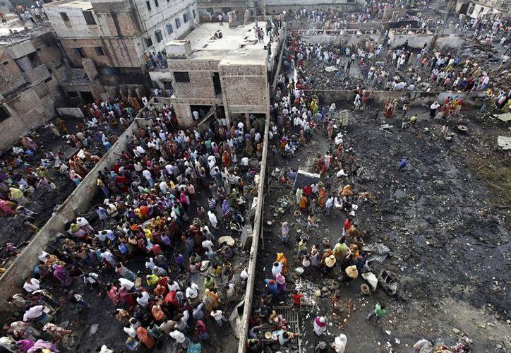 Entre las víctimas mortales hay seis niños. Numerosas personas resultaron lesionadas. (Agencias)